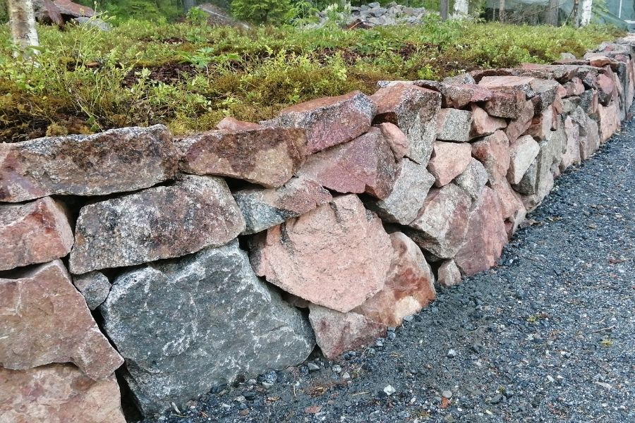 12 tapaa käyttää kiveä pihassa luonnonkivimuuri